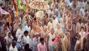 Srila Prabhupada and disciples on sankirtan in India