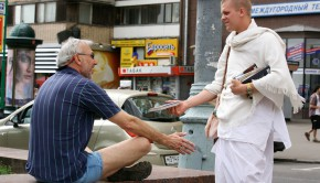 Russian_Hare_Krishna_Devotee_on_Sankirtan