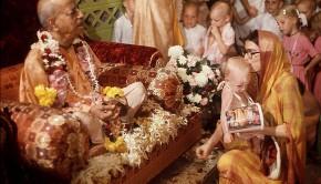Mother and Child offer flowers to Srila Prabhupada