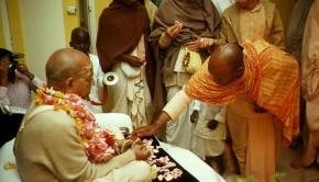 Devotee touching Srila Prabhupadas Lotus Feet
