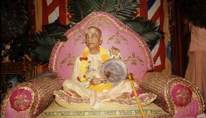 Srila Prabhupada plays big gong on pink vyassasana