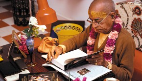 PrabhupadaInspectingBhagavatam