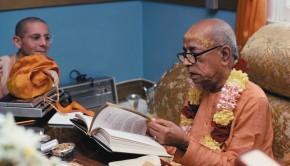PrabhupadaInspectingBhagavatam2