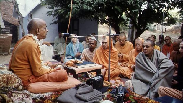 Srila Prabhupada preaches underneath a tree in India