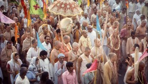 Srila Prabhupada and disciples on sankirtan in India