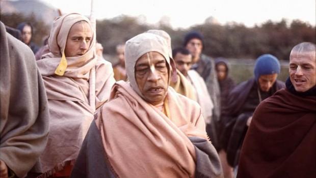 Srila Prabhupada and disciples including Madhudvisa on morning walk