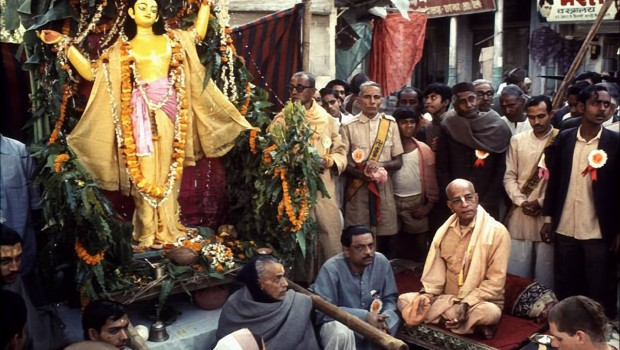 Srila Prabhupada in Indian Street with large Lord Caitanya Murti on palaquin