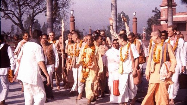 Srila Prabhupada walks with disciples
