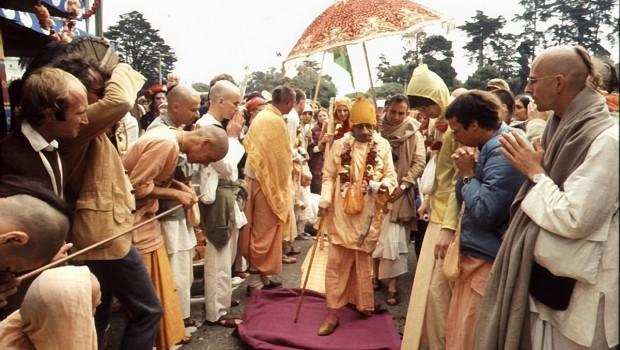 Srila Prabhupada Walking at Rathayatra Festival