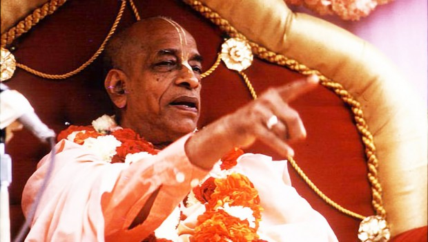 Srila Prabhupada on Rathayatra Cart Pointing