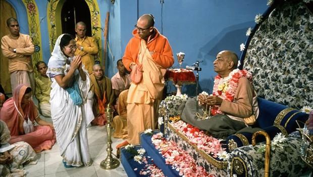 Srila Prabhupada chanting on woman disciples japa beads at initiation ceremony