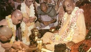 Tamal-Krishna-Goswami-with-Srila-Prabhupada