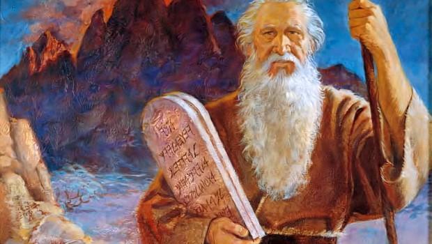 Mose mit den 10 Geboten auf dem Arm, die uns auch heute helfen sollen, keine Sünden zu begehen.