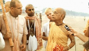 Srila Prabhupada speaks to Brahmananda on Juhu Beach Bombay