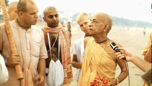 Srila Prabhupada speaks to Brahmananda on Juhu Beach Bombay