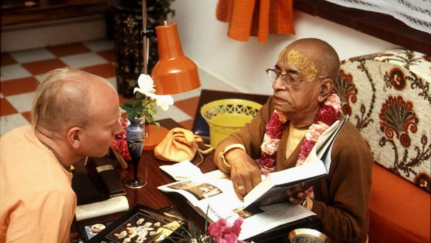 Prabhupada points out something in Srimad Bhagavatam to Disciple
