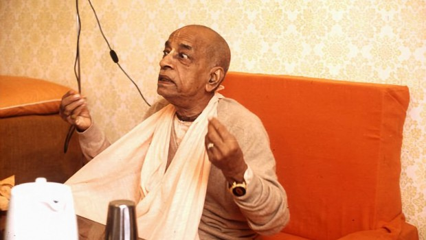 Prabhupada Explains a point very graphically
