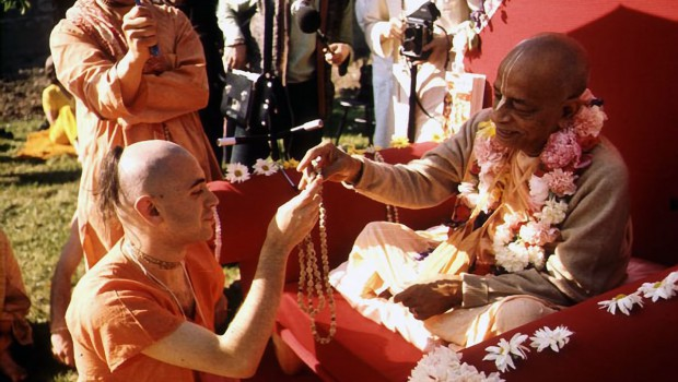 Srila Prabhupada Hands Japa Beads to His New Disciple in Germany