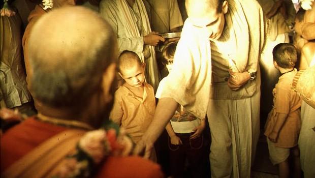 Devotees and Gurukul Boys offer flowers to Srila Prabhupada at New Vrindavan