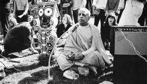 Srila Prabhuada chants Hare Krishna in San Fransisco Park 1969 with Jagannatha