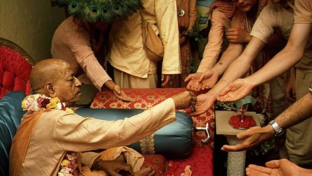 Srila Prabhupada distributes maha-prasadam