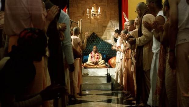Devotees offer Srila Prabhuapda Guru Puja
